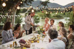 quel-style-de-repas-choisir-pour-votre-soiree-de-mariage-traditionnel-repas-assis-300x200
